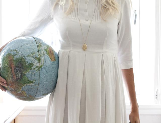 jordglob och vintageklänning